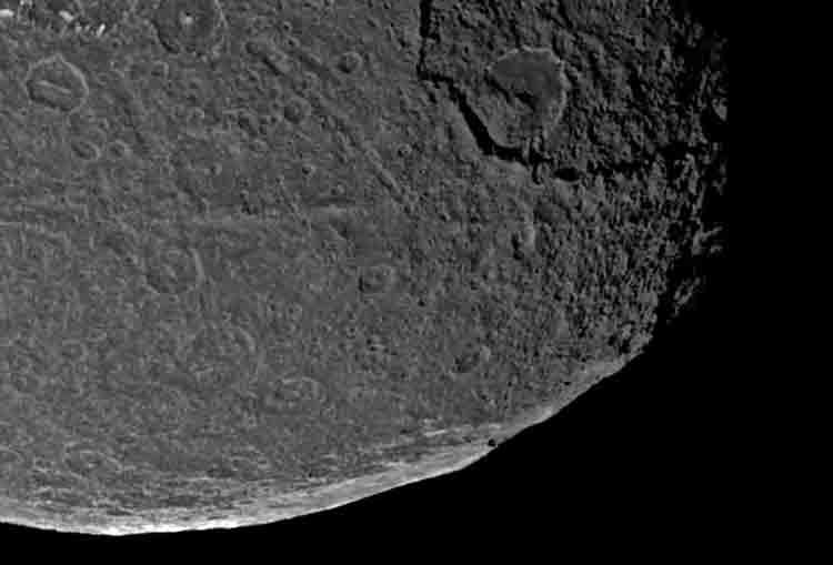 Erosión de las aristas: Ampliación de la superficie de Iapetus: Aristas.