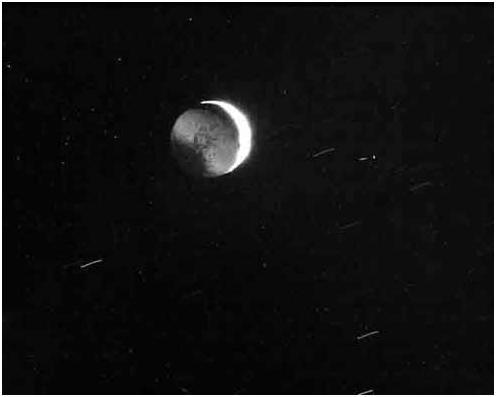 Una de las caras de Iapetus siempre es frontal a Saturno.