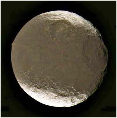 El esferoide Iapetus y su elevada arista central.