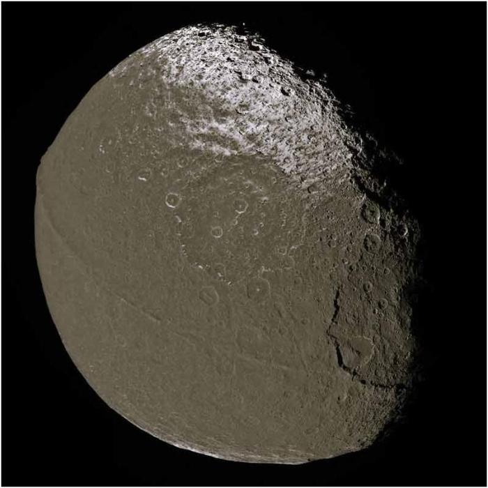 Asombroso parecido con la estrella de la muerte. G.Lucas reconoce que se inspiró en Iapetus.