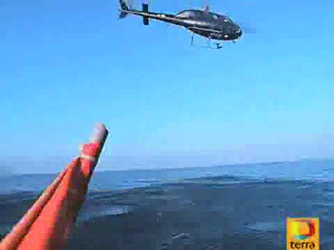 Helicóptero sobrevolando la zona. El mar está en calma.Las turbulencias se aprecian en el agua.