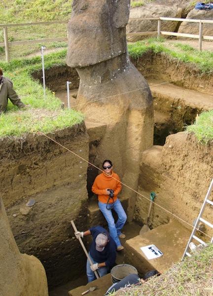 Los Moais enterrados en la Isla de Pascua, tienen cuerpo y aparecen misteriosas inscripciones en ellos. Att00002
