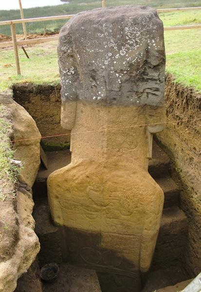 Los Moais enterrados en la Isla de Pascua, tienen cuerpo y aparecen misteriosas inscripciones en ellos. Att415